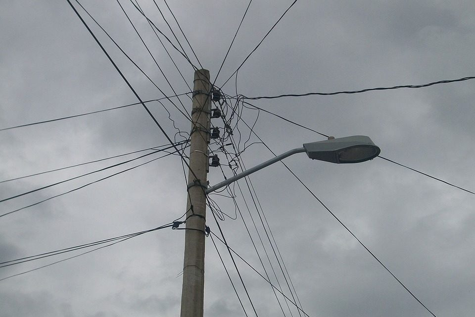 Promulgan ley que obliga a empresas a retirar cables en desuso