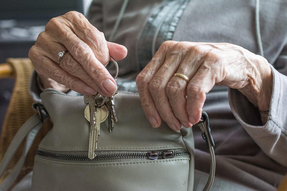 Adultos mayores de 75 años podrán salir a caminar una hora